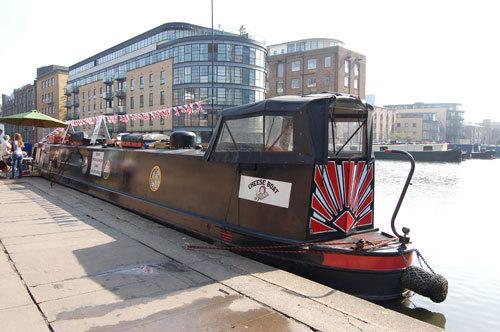 写真:ナローボート。名前の通り幅の狭さが特徴