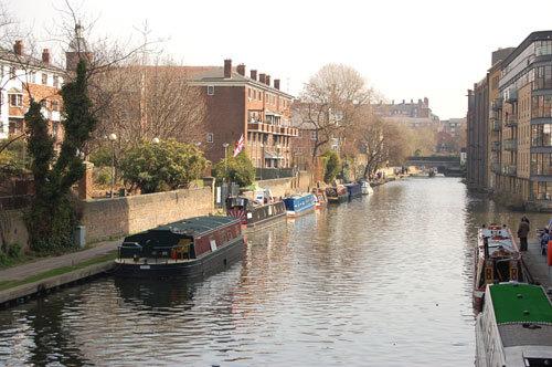 写真:ロンドンの運河。ナローボートを眺めながらの散歩がおすすめ