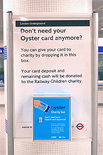 写真:ヒースロー空港に設置された、不用になったオイスターカードの寄付箱。帰国前にチャリティーに参加できる