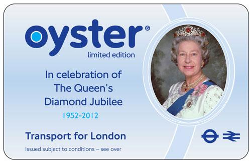 写真:このカードはロンドンのボリス・ジョンソン市長からエリザベス女王にプレゼントされた。その報道に対し「女王は地下鉄なんて乗らないから、オイスターカードなんて必要ないのでは」と皮肉(?)をいうイギリス人もいたようだ=ロンドン交通局提供(©Transport for London)