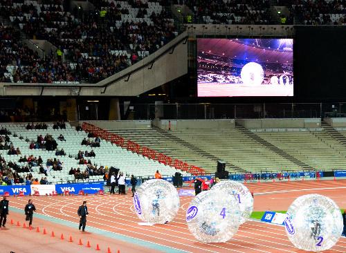 写真:開幕まで残り2012時間を切ったロンドン五輪。開会式が開かれるスタジアムでは大玉を中の人間が転がすアトラクションが開かれた=5日午後9時24分、ロンドンのオリンピックパーク