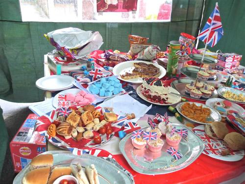 写真:参加したのが遅かったので、もうすでに半分ほどになってしまっているが、ストリート・パーティーでの、持ち寄りスナック、お菓子の並んだテーブル