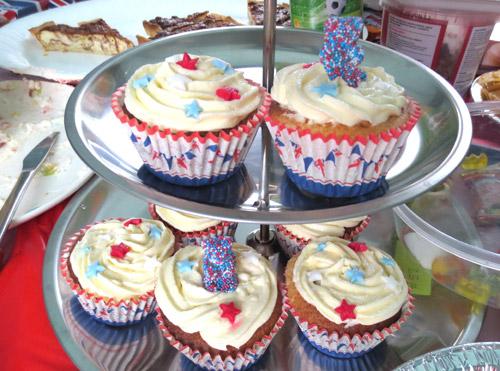 写真:カップ・ケーキも青、赤、白に彩られて。ストリート・パーティーにて