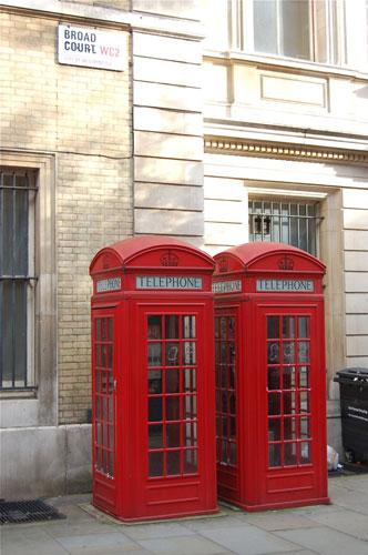 写真:本物の公衆電話ボックス。ただし、これらはK6ではなくK2タイプ