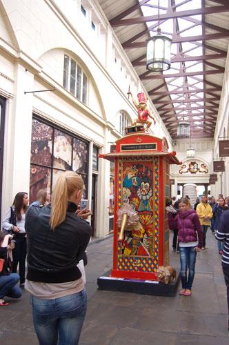 写真:電話ボックスと記念写真を撮っている人の多いこと、多いこと!