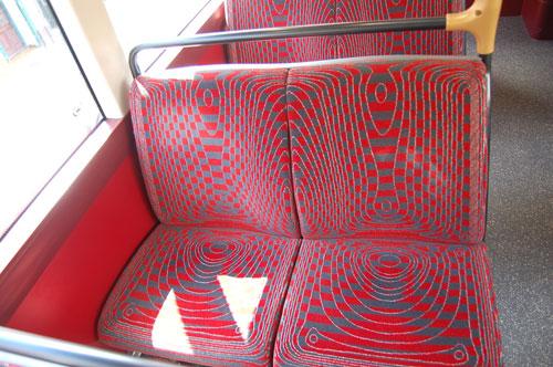 写真:シート用のモケット生地は、赤とグレーで、ちょっと目がくらみそうなデザイン