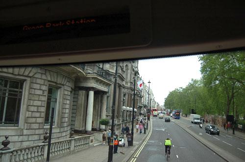 写真:2階最前列からは景色がよく見える。このルートは日本領事館の前も通る
