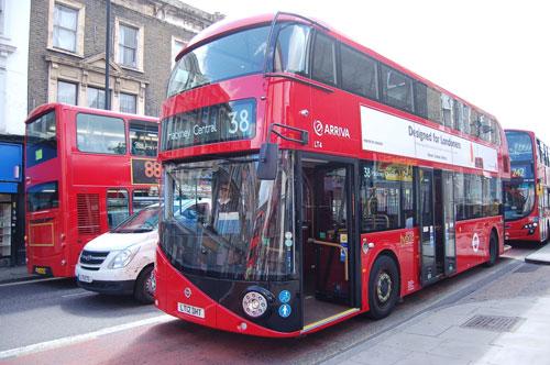 写真:ほかのバスに比べると、ずいぶん丸みをおびている新型ルートマスター