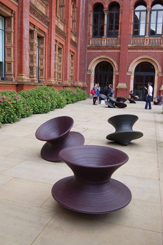 写真:展覧会を見たら、ぜひ座ってみてほしいSpun Chair(スパン・チェアー)。ARAMから販売されており、購入も可能