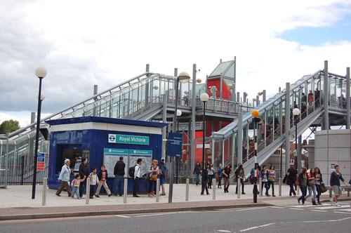 写真:ロープウエー乗り場のエミレーツ・ロイヤル・ドックスへの最寄り駅はドックランズ・ライト・レールウェイDLRのロイヤル・ヴィクトリア(Royal Victoria)駅