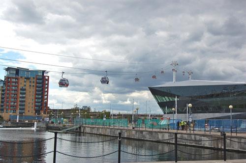 写真:イギリスらしい曇天の空に浮かぶロープウエーのゴンドラ