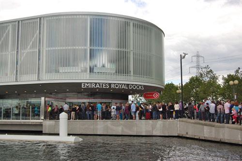 写真:エミレーツ・ロイヤル・ドックスの乗り場。行列にはファミリー客も多かった