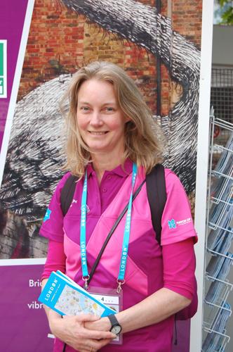 写真:ボランティアのユニフォームもピンクと紫