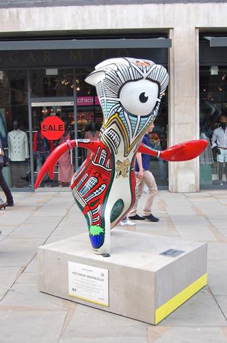写真:ロンドンの街中にオリンピックのマスコット「ウェンロック」像が登場。聖火を見たマーケット周辺だけでも3つ見つけた