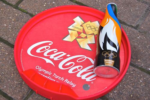 写真:公式スポンサー、コカ・コーラが配布していたオリジナルボトルのコーラ