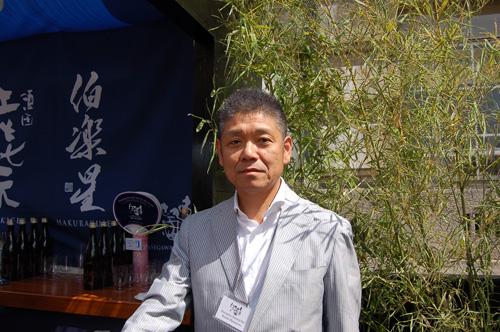 写真:「東北大震災に対する支援へのお礼が主旨なので、今回は東北地方のものをメーンに19の蔵元から約24種類の日本酒を用意してきました」と、はせがわ酒店の長谷川浩一さん