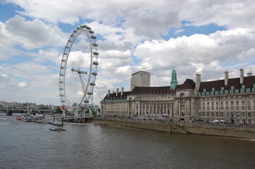 写真:会場はロンドン・カウンティ・ホール。大観覧車「ロンドン・アイ」のすぐ隣