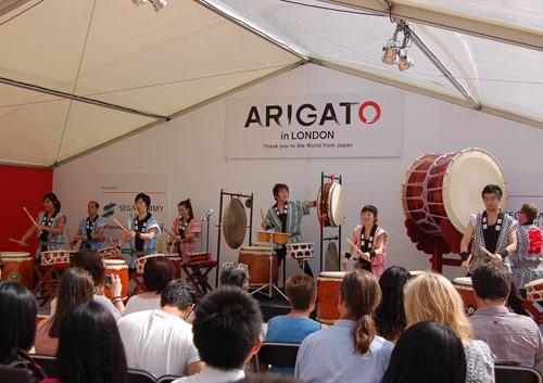 写真:和太鼓の演奏。その迫力に人々が圧倒されていた