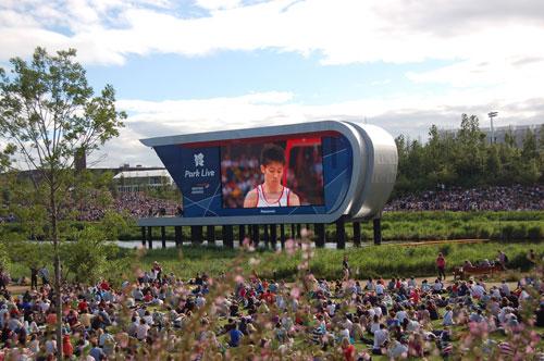 写真:大スクリーンを前に、芝生の上で観戦