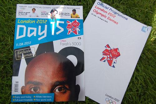 写真:オリンピックの公式パンフレットを見て、余韻にひたる