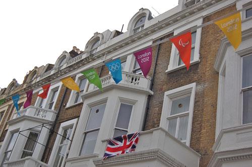 写真:会場のひとつ、アールズ・コートに向かう住宅街にも、オリンピックのためのデコレーションが
