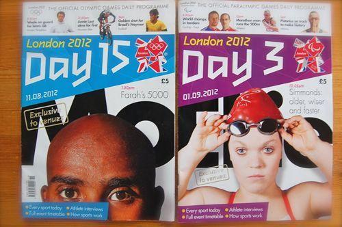 写真:競技場内で販売されている日刊のプログラムも、オリンピック、パラリンピックとでまったく同様のものが製作、販売されている。(右がパラリンピック、左がオリンピックのもの)