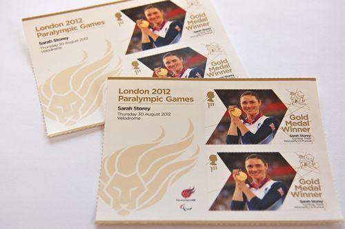 写真:ロイヤル・メールが発行している金メダリストの切手。当初、オリンピック金メダリストは個人別のものを発行するのに対し、パラリンピック金メダリストは、1シートに6枚セットのものにまとめて印刷する、という予定だった。しかし、不公平との批判が相次いだため、パラリンピック金メダリストの切手も個人別に発行することに