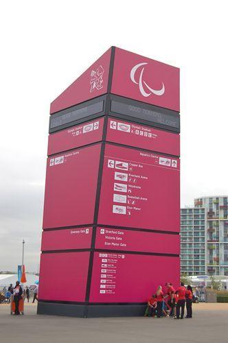 写真:五輪に代わって登場したパラリンピックのマーク「アギト」