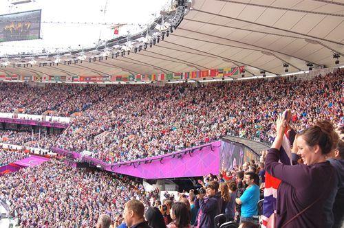 写真:スタジアム内、立ち上がって応援する大観衆