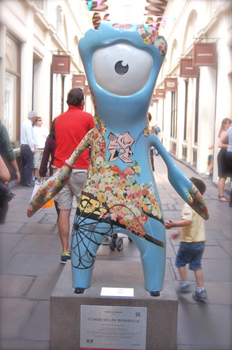 写真:夏の間、このようなマスコット像がロンドンの街中に