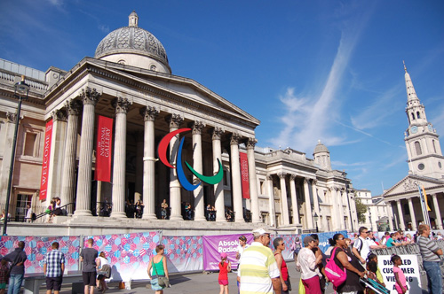 写真:ナショナル・ギャラリー前に掲げられたパラリンピック・ロゴ
