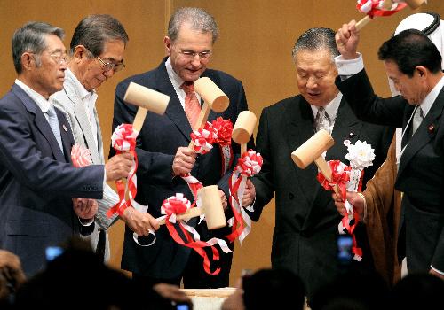 写真:五輪招致を発表後、IOCのロゲ会長(中央)らと鏡割りをする石原慎太郎・東京都知事(左から2人目)=16日午後、東京都港区、林敏行撮影