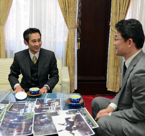 写真:五輪への抱負を語る土屋毅明選手(左)=県庁
