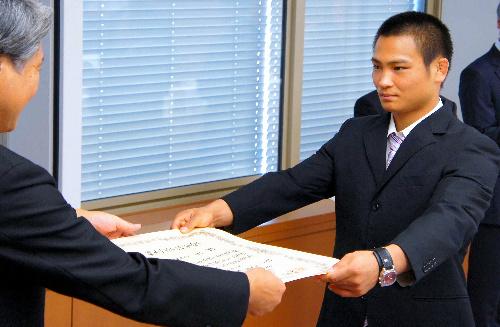 写真:表彰状を受けとる海老沼匡さん=県庁