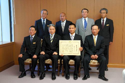 写真:知事らと記念撮影する海老沼匡さんと父・時男さん(前列右端)=県庁