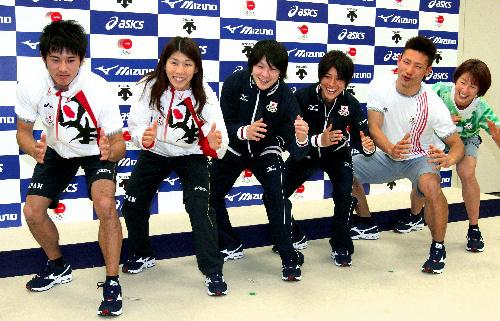 写真:発表されたロンドン五輪の日本選手団のウエアを着てポーズをとる吉田沙保里(左から2人目)や内村航平(同3人目)ら=8日午後、東京都北区、橋本弦撮影