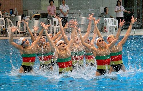写真:5色の練習用水着で演技 ...