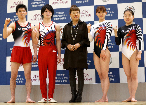 写真:コシノヒロコさん(中央)がデザインした新しいユニホームを披露する(左から)田中和仁、内村航平、田中理恵、美濃部ゆう=林敏行撮影