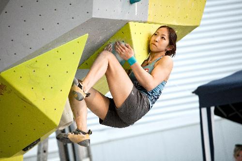 写真:優勝した4月のボルダリングW杯で人工壁を登る野口啓代=日本山岳協会提供