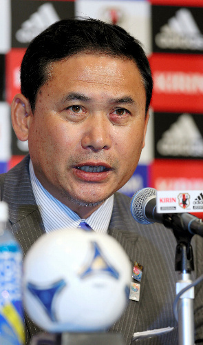 写真:五輪のサッカー女子日本代表選手を発表する佐々木則夫監督=林敏行撮影