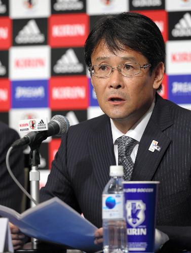 写真:ロンドン五輪のサッカー男子日本代表のメンバーを発表する関塚隆監督=林敏行撮影
