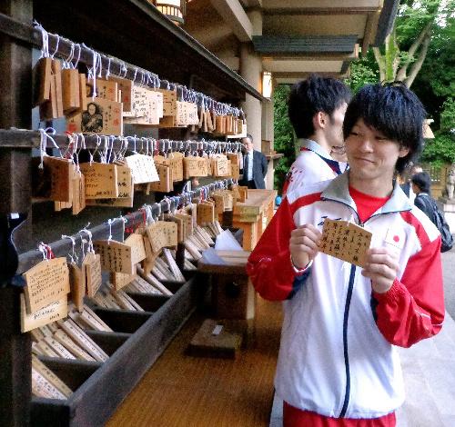 写真:願い事を書いた絵馬を掲げる体操男子代表の内村=藤島真人撮影