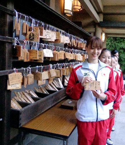 写真:願い事を書いた絵馬を掲げる田中(手前)ら体操女子代表の選手たち=藤島真人撮影