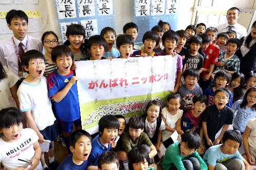 写真:手作りの応援横断幕を掲げるロンドン日本人学校の児童たち=矢木隆晴撮影