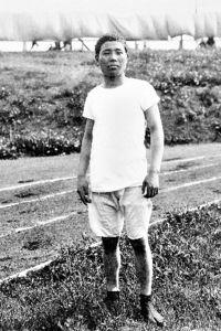 写真:現地でストックホルム五輪に備える金栗選手。足袋姿は珍しがられた=スウェーデンスポーツ振興協会提供