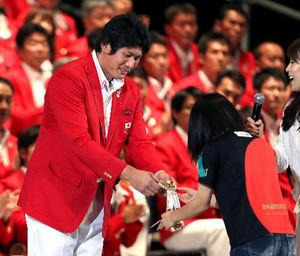 写真:ロンドン五輪日本代表の壮行会で、被災地の子供たちが作ったお守りを受け取る主将の村上幸史=林敏行撮影