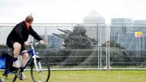 写真:散歩をする人が行き交う広場に設置されたミサイル=ロンドン・ブラックヒース、森井英二郎撮影