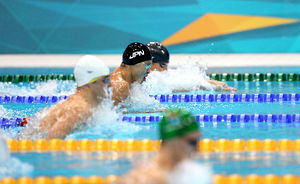 写真:男子100メートル平泳ぎ決勝の後半、金メダルのファンデルバーグ(手前)から遅れる北島康介(奥から2人目)=樫山晃生撮影