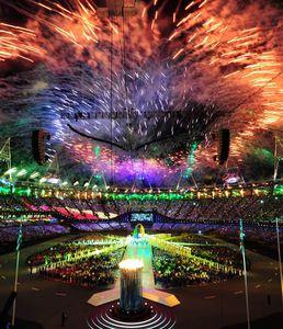写真:ブラジル国旗をイメージした照明がともされた閉会式場の上空に花火が打ち上がった=森井英二郎撮影