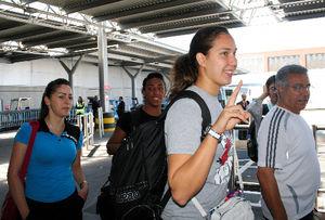 写真:ヒースロー空港に到着し、笑顔でピースサインをするシリアのバヤン・ジュマ(右から2人目)=稲垣康介撮影